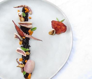 Encornets grillé au chorizo & risotto noir