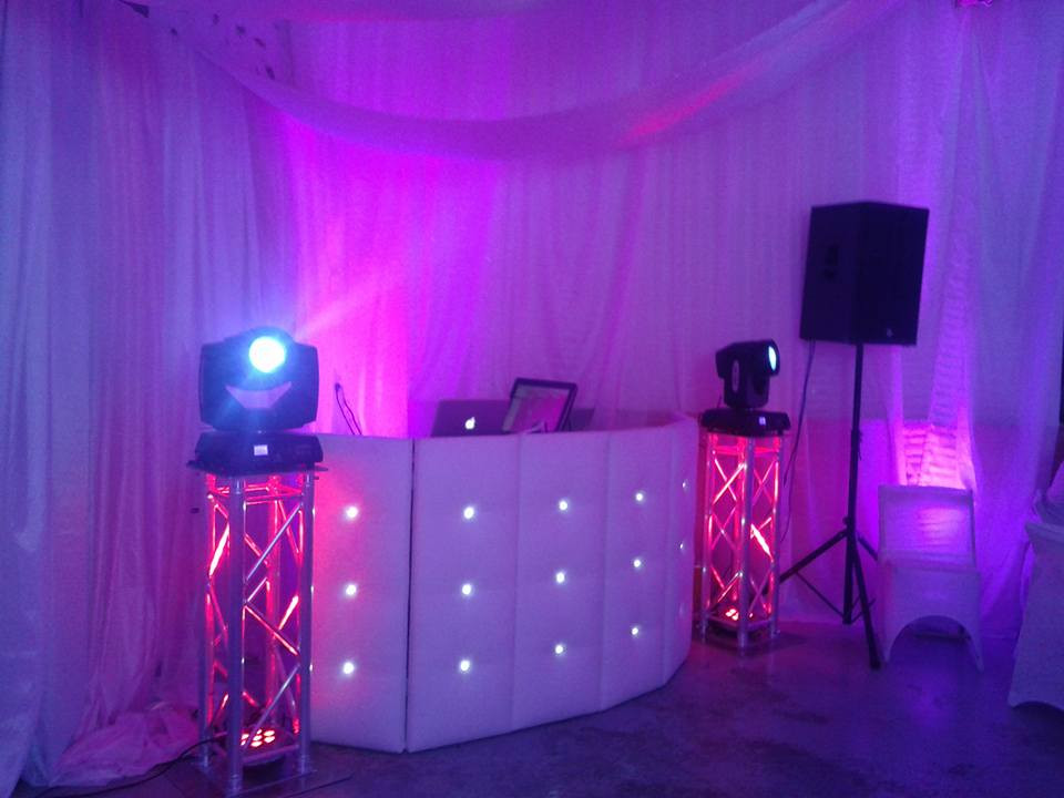 Cabine DJ blanche avec led