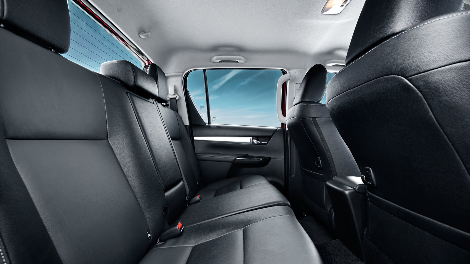 002-hilux-interior_1600x900_tcm-3020-120