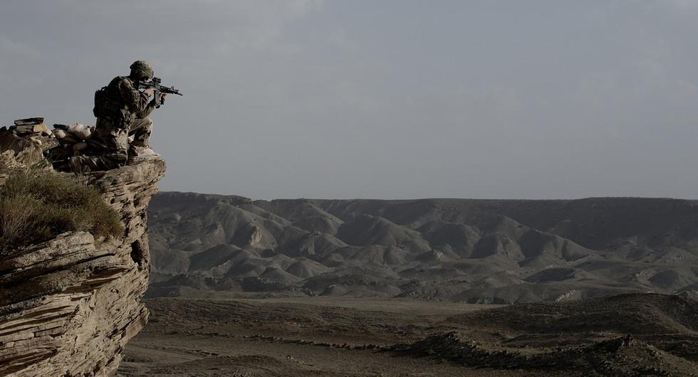 US Soldat beobachtet eine Hügelkette