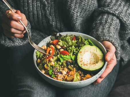 Nutricionista alerta e dá dicas para evitar compulsão ou gatilhos alimentares durante a quarentena