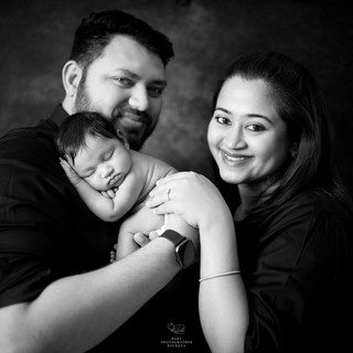 newborn-session-with-parents-poses.jpg
