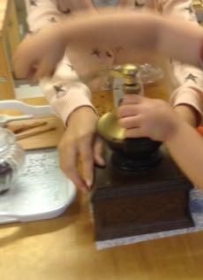 コーヒー豆を挽くお仕事