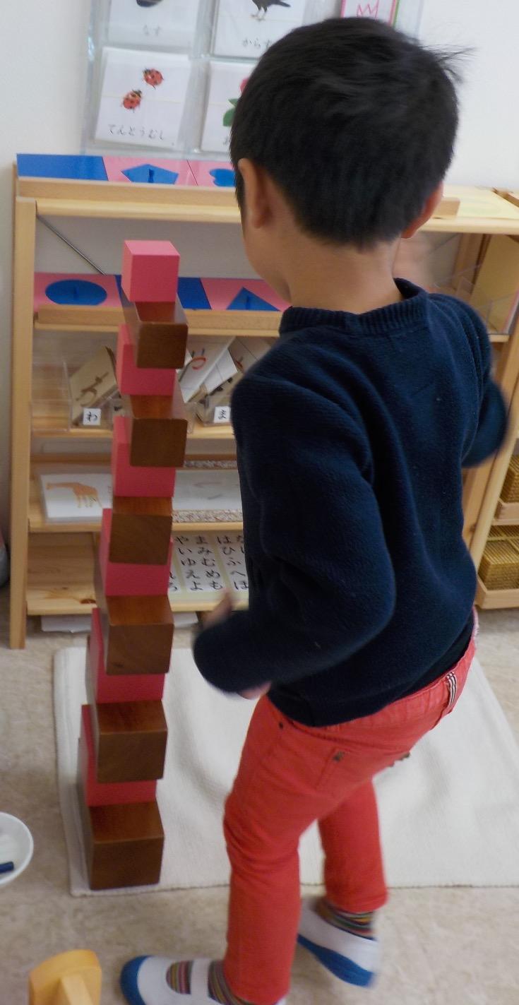 ピンクタワーと茶色い階段2