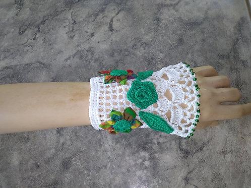Bracelet manchette création au crochet avec fleurs