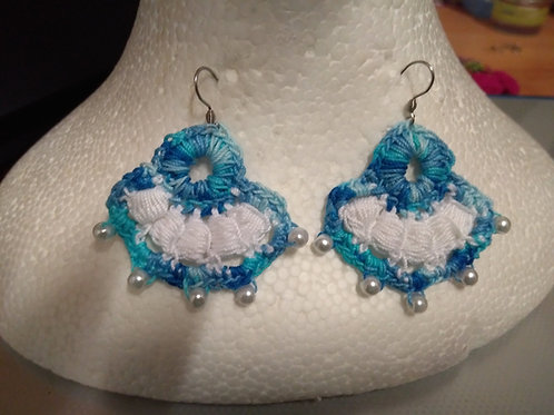 boucles d'oreilles bleu/blanc création au crochet