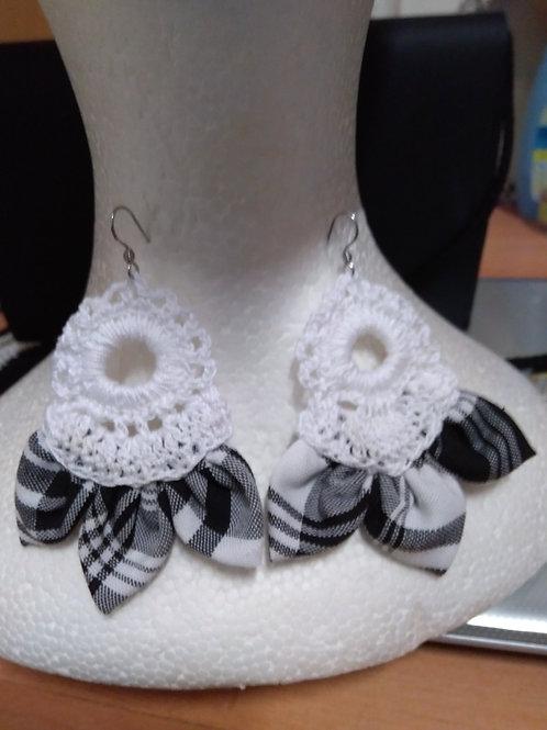 Boucles d'oreilles création au crochet + madras blanc/noir