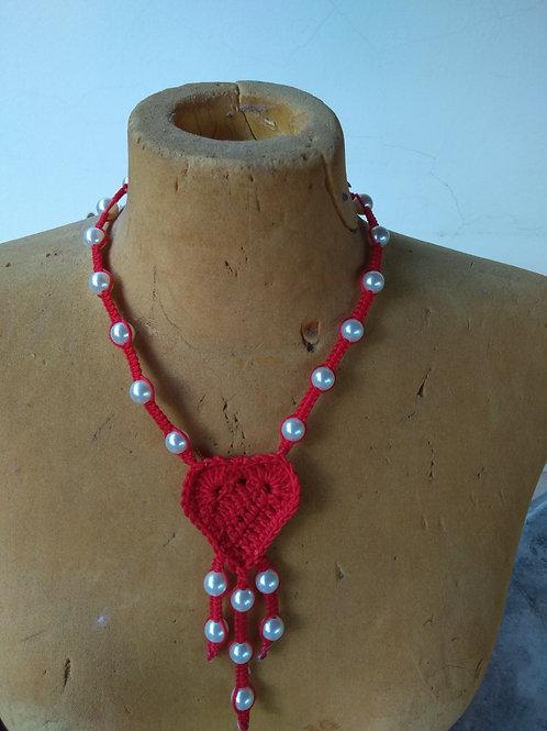 Collier rouge 100% coton orné de perles nacrés