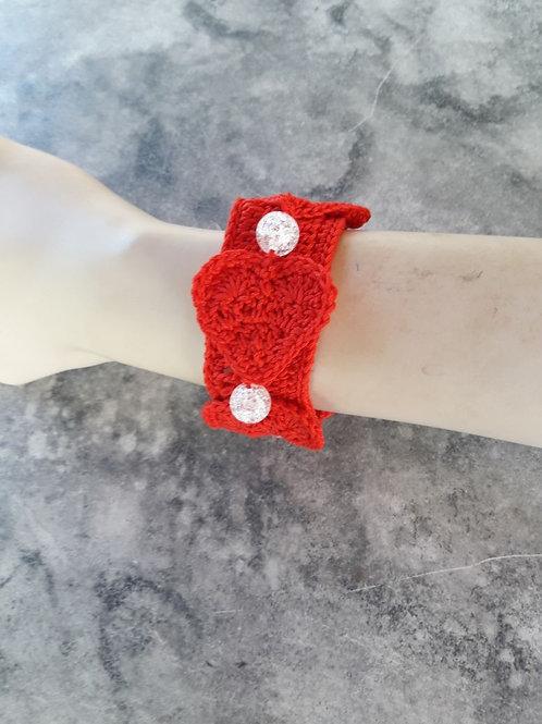 Bracelet rouge avec ses coeurs