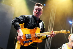 Emotionen beim Gitarrespielen (siehe Gesicht!)