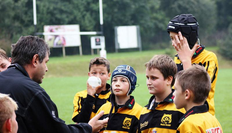 Trenér Székely instruuje své hochy.
