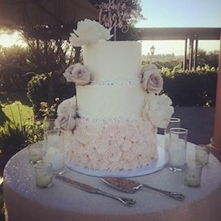 Elegent wedding cake _lakeoakmeadows #congrats #weddingcakes #temeculabakery #murrietabakery #menifeebakery #sdbakery #winerybakery #rusticc