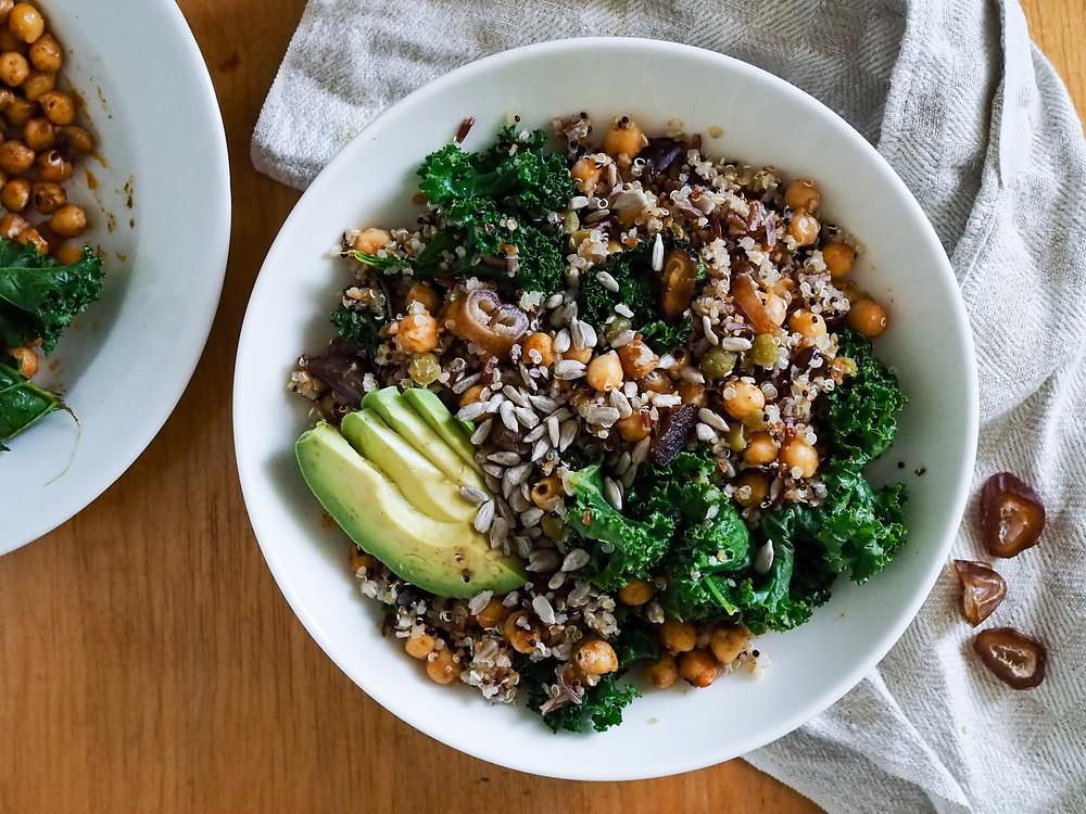 Kvinoa-kikhernekulho lehtikaalilla