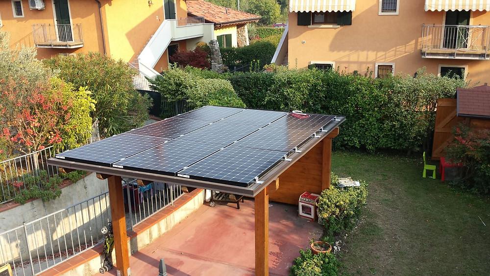 Pensilina fotovoltaica in legno a Brescia