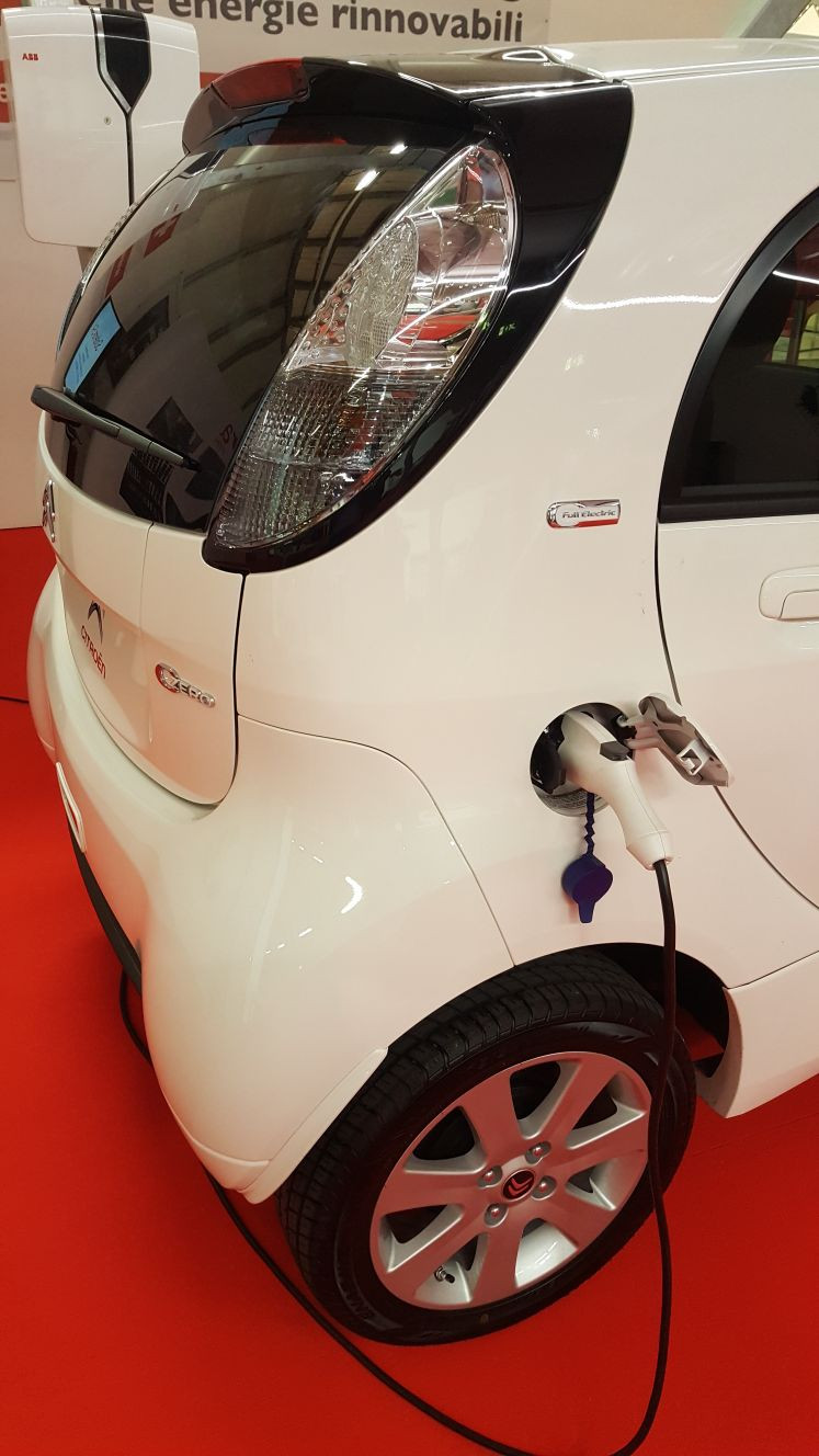 Auto Citroen Zero in carica,con Wall box ABB