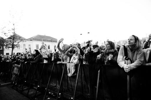 vip public bénévoles seneffe team campeurs tente couchage cocktails mojito cuba libre gin alcool rhum public foule festivaliers ambiance camping nature ecolo ecologie journaliste dj media foodtrucks interview enfants village kids experience angele damso groupe pop rock commercial radio guitare the voice la nouvelle star belgium got talents lights bass drummers bruxelles brussels belgique rap rappeur mc festival famille chaleureux week end concerts artistes belge français rappeur guitare chanteurs 2017