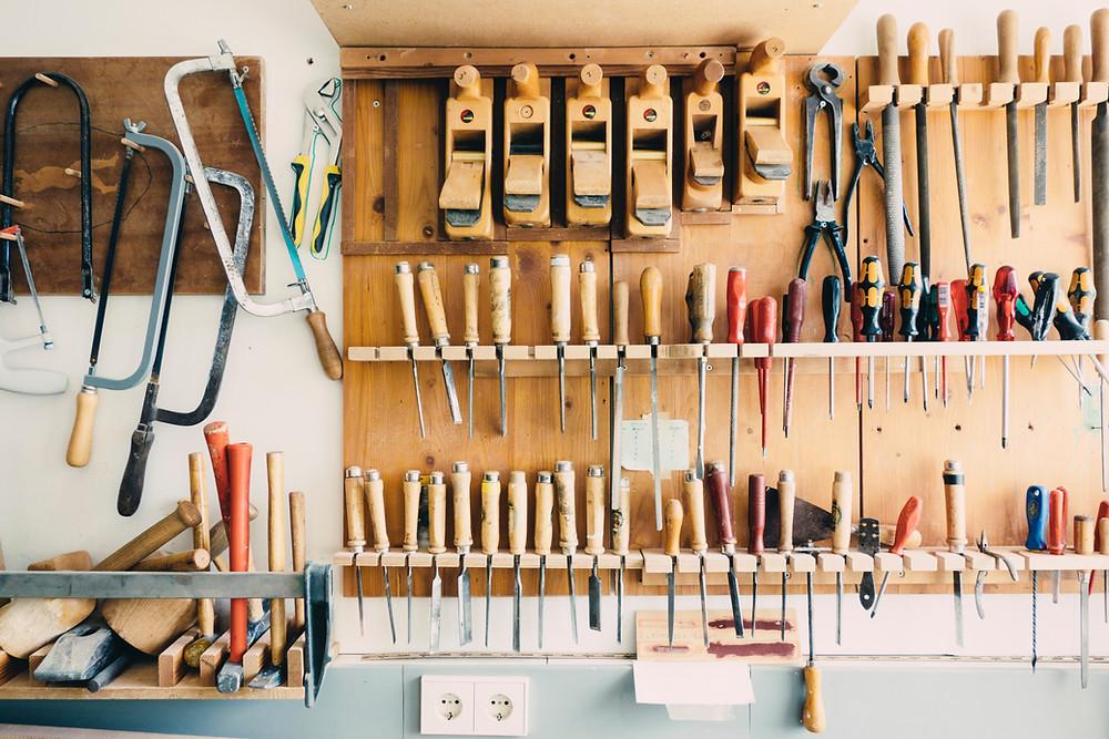 Etabli de garage avec tous les outils nécessaires à la construction