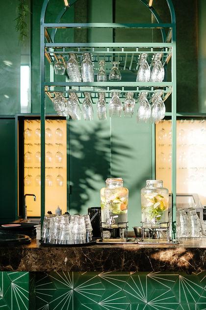 bar d'un restaurant avec des verres accrochés dans une ambiance cool et sympa