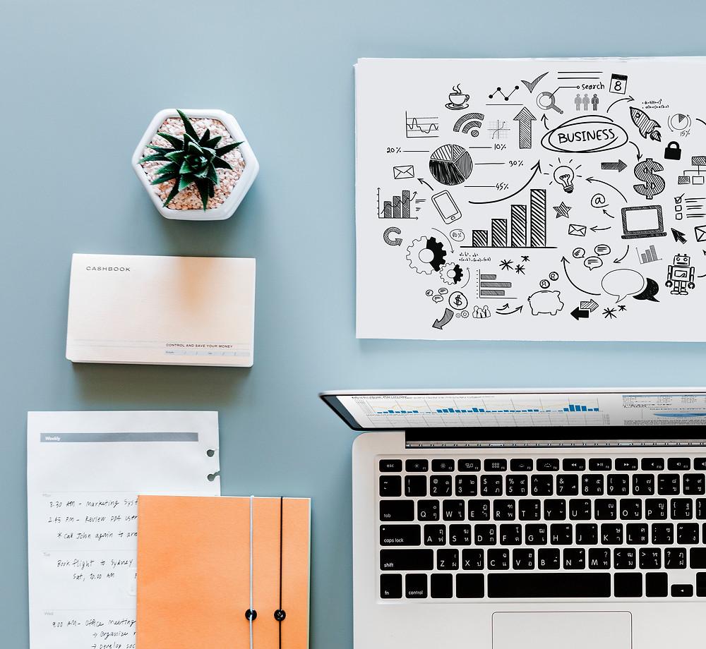 Bureau avec un ordinateur, un cahier et un graphique business