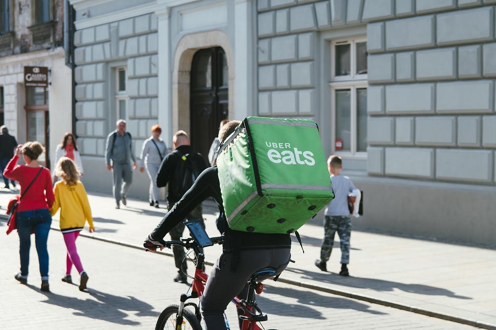 livreur uber eats sur un vélo