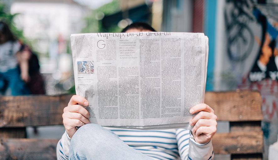 Personne lisant un journal sur la restauration