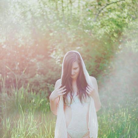 Camilla in the Green | Outdoor Boudoir