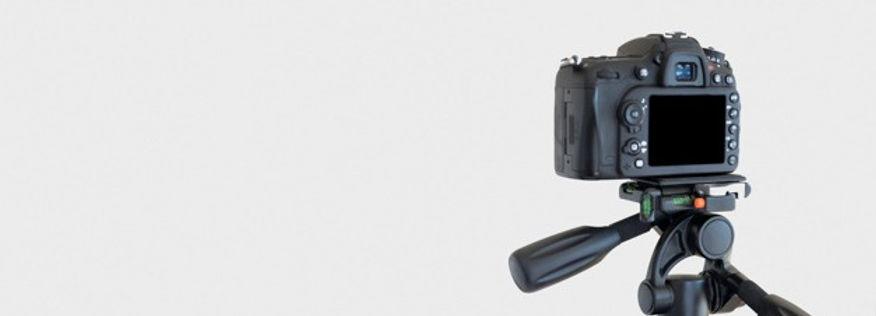 close-up-dslr-camera-tripod-white-backgr