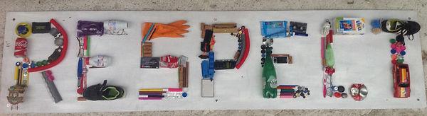 Panneau confectionné par les élèves de la classe de CE2/CM1 avec des objets de récupération.