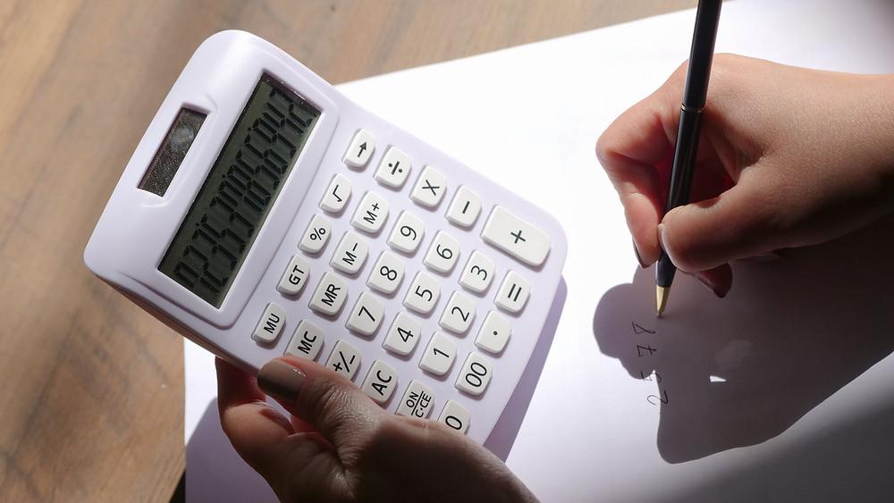5 dicas para ter as contas em dia no fim do mês - foto de uma calculadora