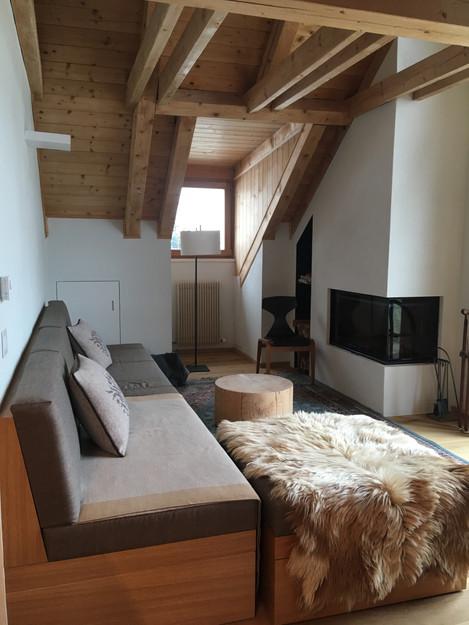 Rénovation d'un chalet dans les Alpes par Silvia Violati, Décoratrice UFDI sur Paris 9 (75) et Rome : petit salon et cheminée.