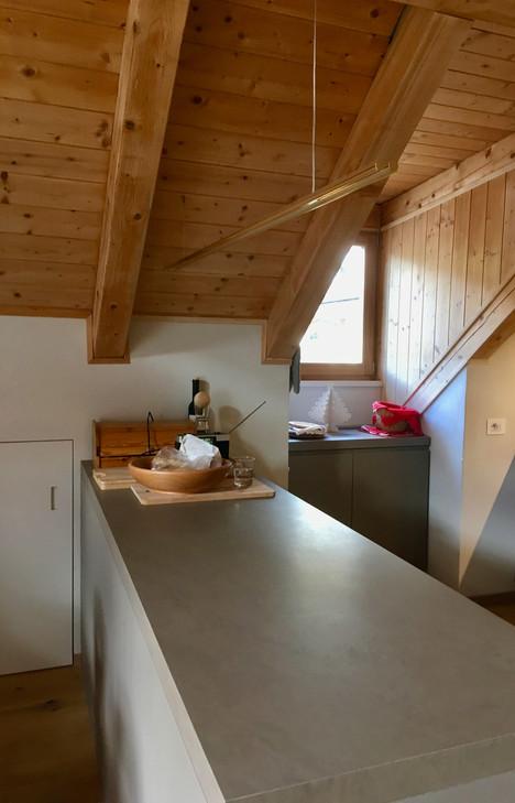 Rénovation d'un chalet dans les Alpes par Silvia Violati, Décoratrice UFDI sur Paris 9 (75) et Rome : plan de travail cuisine et éclairage bara d'oro.