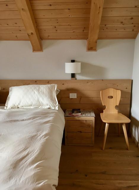 Rénovation d'un chalet dans les Alpes par Silvia Violati, Décoratrice UFDI sur Paris 9 (75) et Rome : chevet de chambre.
