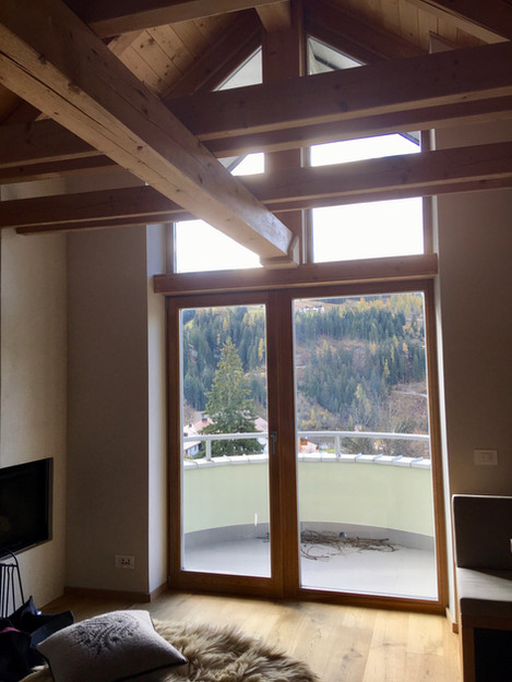 Rénovation d'un chalet dans les Alpes par Silvia Violati, Décoratrice UFDI sur Paris 9 (75) et Rome : charpente et fenêtre.