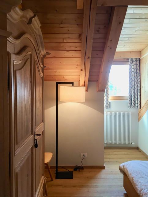 Rénovation d'un chalet dans les Alpes par Silvia Violati, Décoratrice UFDI sur Paris 9 (75) et Rome : éclairage chambre.