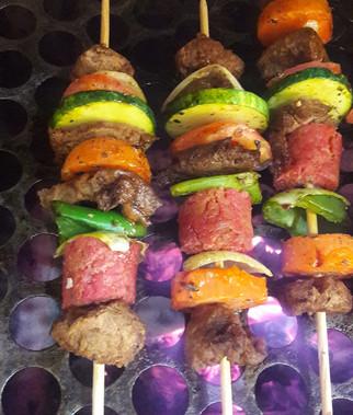 Outubro/2017 - Espetinhos do Churras Veg, feitos com carne de glúten, carne de soja, linguiça vegana, cebola, pimentão, cenoura e abobrinha, tudo marinado com muitos temperos!