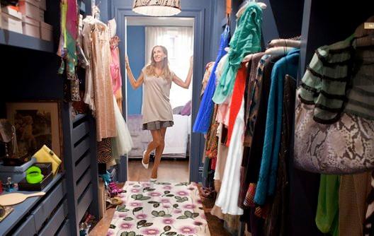 Carrie Bradshaw, olhando o seu closet