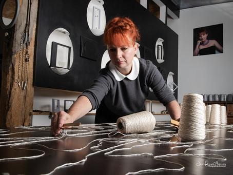 SABINE, Artisane Dentellière française déterminée à préserver son héritage familial…