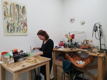 Organiser un team building artisanat avec Anne, Bijoutière Plumassière…