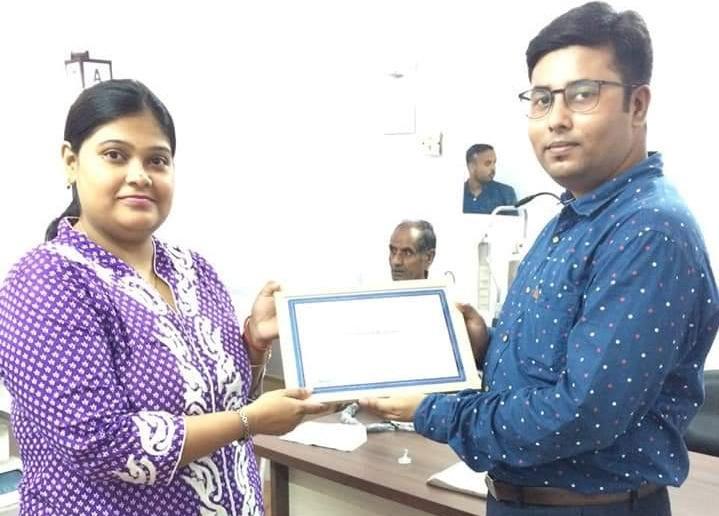 Dr. Debarati receiving certificate for conducting phaco development program