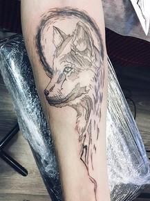 Тату волк на руке в стиле скетч