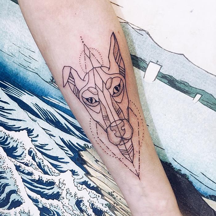 Тату геометрия собака на руке