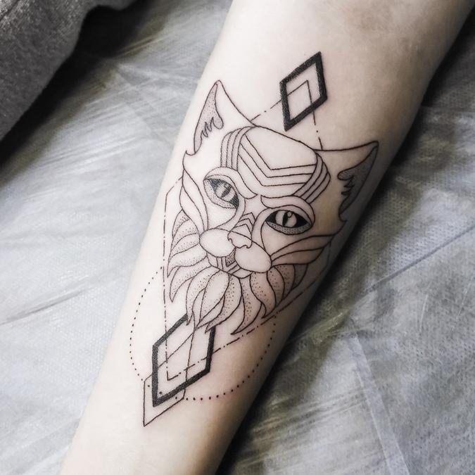 Тату геометрия кот на руке