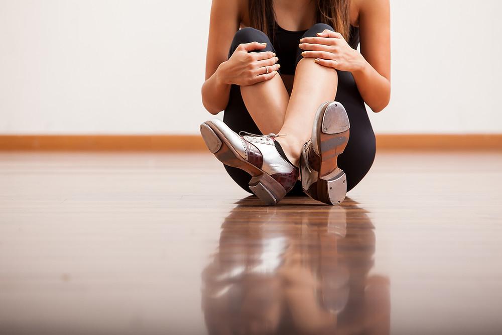Ministério de dança, bailarina sentada, menina dançando, sapatilha de ballet, Milene Oliveira, Dança Cristã