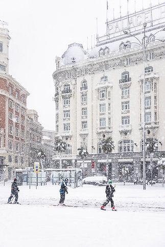 Hotel Palace con esquiadores, Filomena en Madrid, España