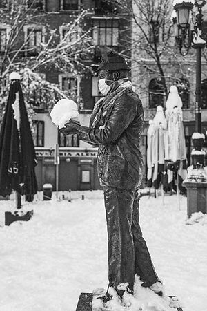 Estatua, bola de nieve, Filomena en Madrid, España