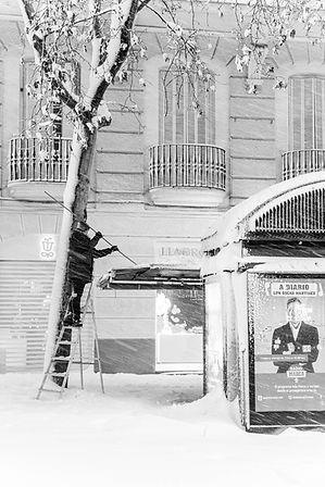 Kiosko, Hombre limpiando, Kioskero, Filomena en Madrid, España