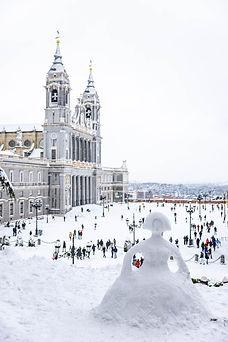 Catedral de la Almudena y Palacio Real, Muñeco de nieve, Menina, Filomena en Madrid, España