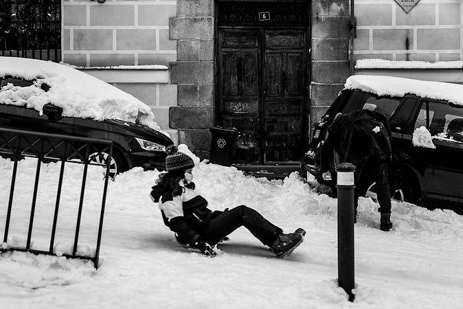 Niña con trineo, nieve, Filomena en Madrid, España