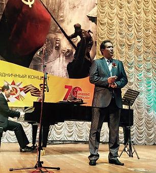 Андрей Данилов поет на концерте, посвяще