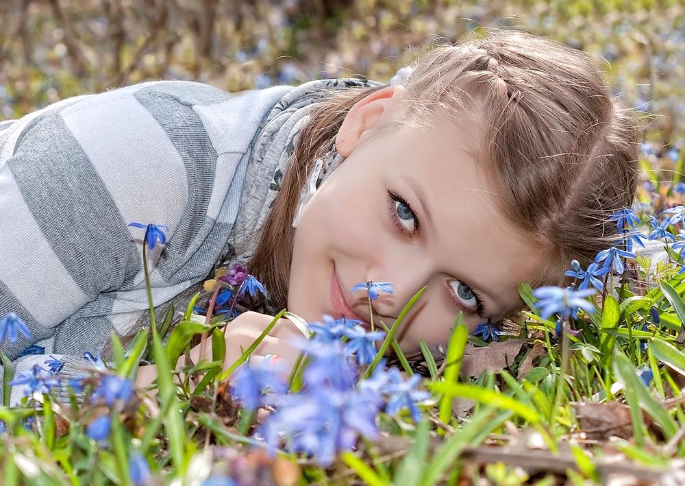 Первые цветы и девушка.jpg